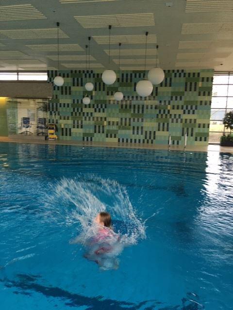 Schwimmen klamotten mit weißen